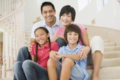 Familia que se sienta en la sonrisa de la escalera Fotografía de archivo