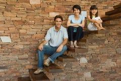 Familia que se sienta en pasos Fotografía de archivo libre de regalías