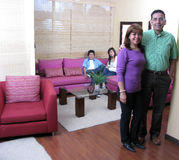 Familia que se sienta en un sofá Foto de archivo