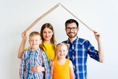 Familia que se traslada a nueva casa Foto de archivo