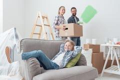 Familia que se traslada a un nuevo apartamento imagen de archivo