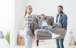 Familia que se traslada a un nuevo hogar fotos de archivo libres de regalías