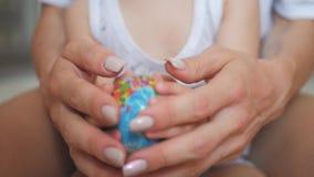 Familia que sostiene el globo en sus manos Concepto de día de fiesta del viaje y del Día de la Tierra almacen de video