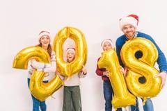 Familia que sostiene los globos del Año Nuevo Fotografía de archivo