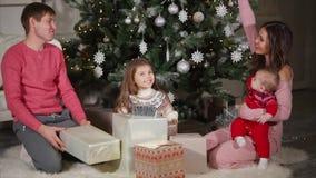 Familia que tarda regalos de Navidad almacen de metraje de vídeo