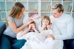 Familia que tiene alergia Fotos de archivo libres de regalías