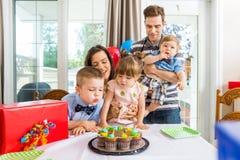 Familia que tiene celebración del cumpleaños en casa Fotografía de archivo libre de regalías