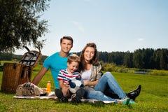 Familia que tiene comida campestre Fotografía de archivo libre de regalías