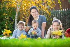 Familia que tiene comida campestre al aire libre Fotos de archivo libres de regalías
