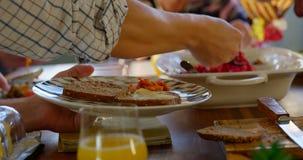 Familia que tiene comida en la mesa de comedor 4k metrajes