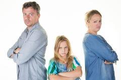 Familia que tiene el hombre y la mujer de la pelea en casa que discuten divorcio Fotos de archivo libres de regalías