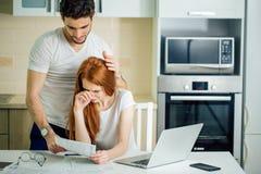 Familia que tiene problemas de la deuda, no capaces de pagar su préstamo foto de archivo libre de regalías