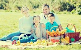 Familia que tiene una comida campestre Fotos de archivo libres de regalías