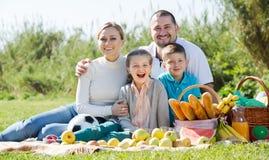 Familia que tiene una comida campestre Foto de archivo libre de regalías