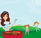 Familia que tiene una comida campestre en un parque Imagenes de archivo