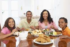 Familia que tiene una comida en el país Foto de archivo libre de regalías
