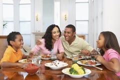 Familia que tiene una comida en el país fotos de archivo libres de regalías