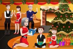 Familia que tiene una fiesta de Navidad Imagenes de archivo