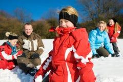 Familia que tiene una lucha de la bola de nieve Fotografía de archivo