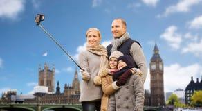 Familia que toma el selfie en la ciudad de Londres fotos de archivo