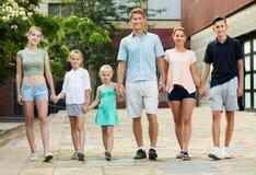 Familia que toma la 'promenade' en ciudad Foto de archivo