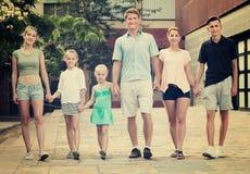 Familia que toma la 'promenade' en ciudad Imagen de archivo