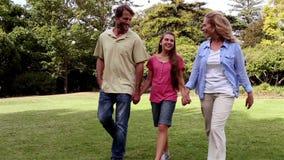 Familia que toma un paseo en un parque metrajes