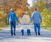 Familia que toma una caminata Imágenes de archivo libres de regalías