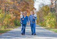 Familia que toma una caminata Imagenes de archivo