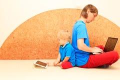 Familia que trabaja de hogar Imágenes de archivo libres de regalías