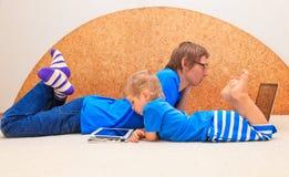 Familia que trabaja de hogar Foto de archivo libre de regalías