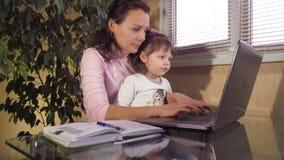 Familia que trabaja en el ordenador portátil