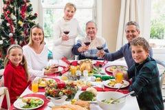 Familia que tuesta en la cámara con el vino rojo Imágenes de archivo libres de regalías