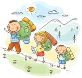 Familia que va de excursión en las montañas