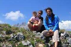 Familia que va de excursión feliz en tapa de la montaña Fotos de archivo libres de regalías