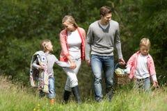 Familia que va en comida campestre en campo Imágenes de archivo libres de regalías