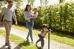 Familia que va para el paseo en campo del verano imagen de archivo