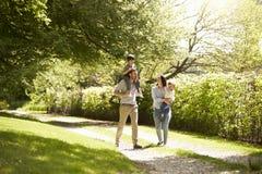 Familia que va para el paseo en campo del verano imágenes de archivo libres de regalías