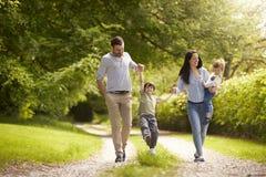 Familia que va para el paseo en campo del verano foto de archivo