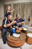 Familia que ve la TV. Imagenes de archivo