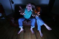Familia que ve la TV Foto de archivo libre de regalías