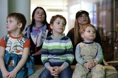 Familia que ve la TV Imagen de archivo