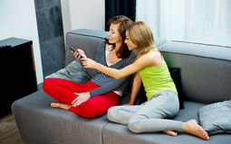 Familia que ve la TV Imágenes de archivo libres de regalías