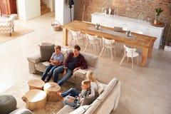 Familia que ve la TV junto Imágenes de archivo libres de regalías