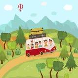 Familia que viaja en autobús en el campo, campos Imagen de archivo