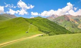 Familia que viaja en coche en las montañas del Cáucaso Imagen de archivo