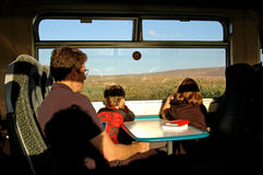 Familia que viaja en un tren Imagen de archivo
