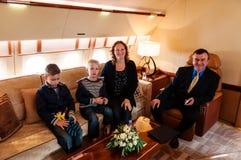 Familia que viaja por el jet comercial del aire Imagenes de archivo