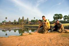 Familia que visita Angkor Wat en la puesta del sol, Camboya. Foto de archivo libre de regalías