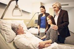 Familia que visita del hospital Imagen de archivo